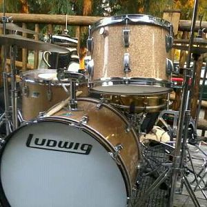 Ludwig Champagne Sparkle 1970 22/13/16 kit in Vernonia MMXI